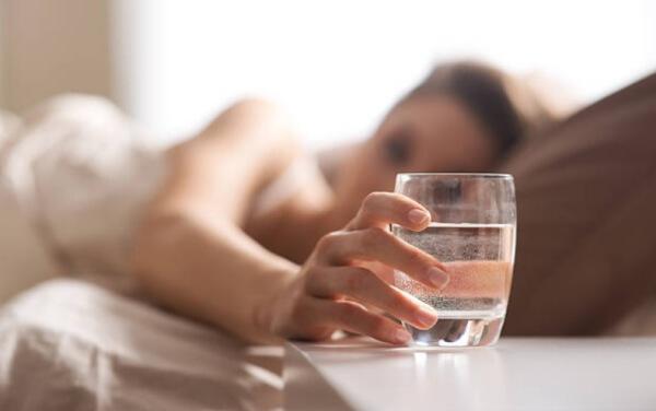 жена в легло и чаша вода