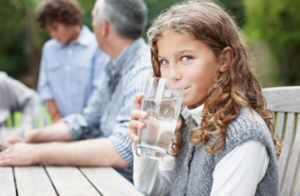 момиче пие вода