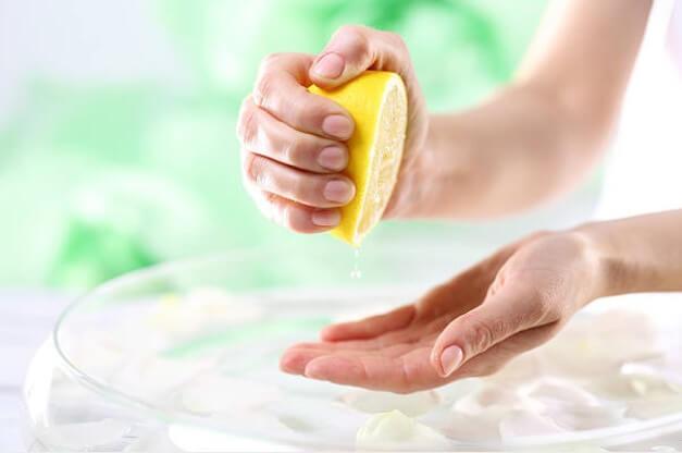 лимон, дамски ръце