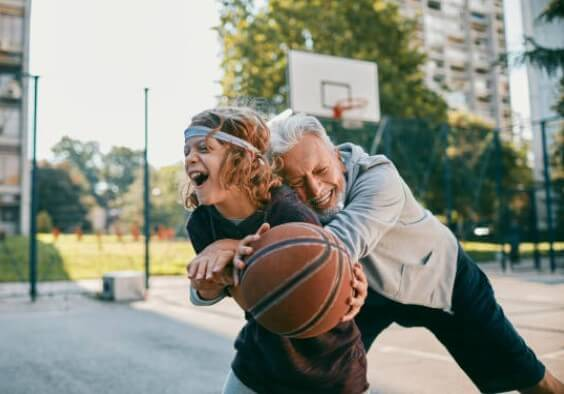 дядо и дете играят баскетбол