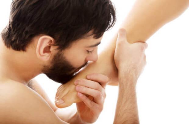 мъж целува крак без гъбички