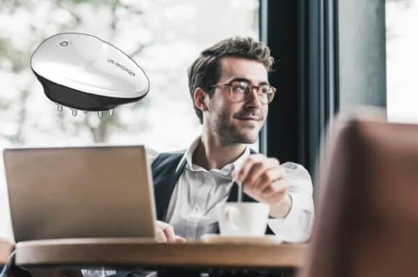 доволен мъж, кафе, компютър