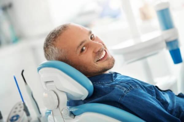мъж на зъболекарски стол