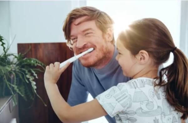 дете и баща си мият зъби