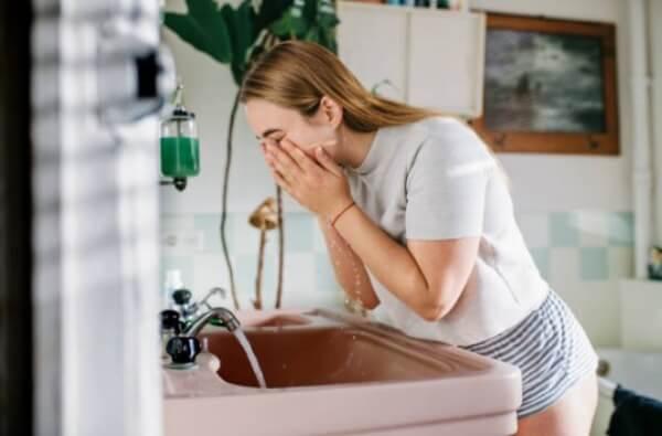 момиче мие лицето