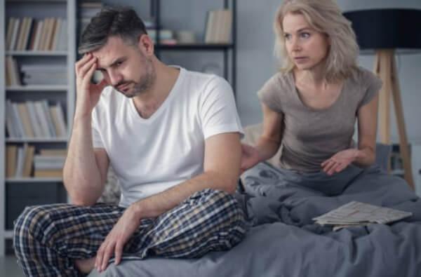 мъж и жена в легло