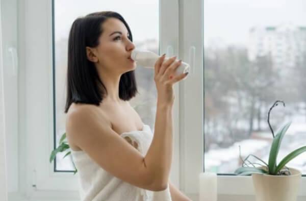 жена пие мляко