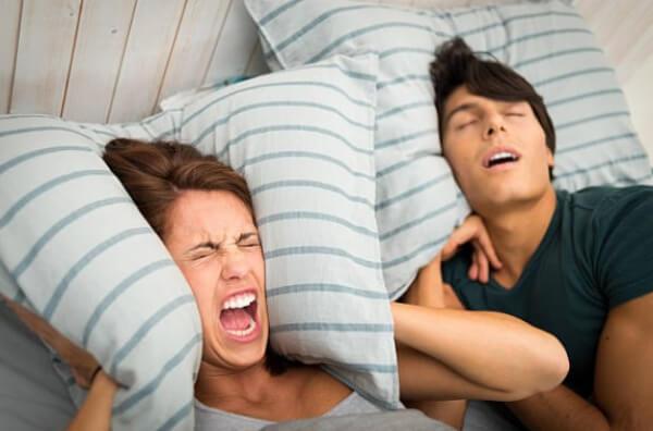 хъркане, спиране, двойка в легло