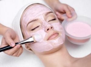 прилагане на козметична маска на лице