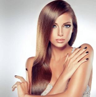 красива жена с дълга коса и хубави нокти